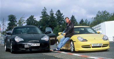 Walter Röhrl neben dem Porsche 911 Turbo 3,6 Coupé (links) und dem Porsche 911 GT3 (rechts), 1999. (Pressefoto Porsche AG)